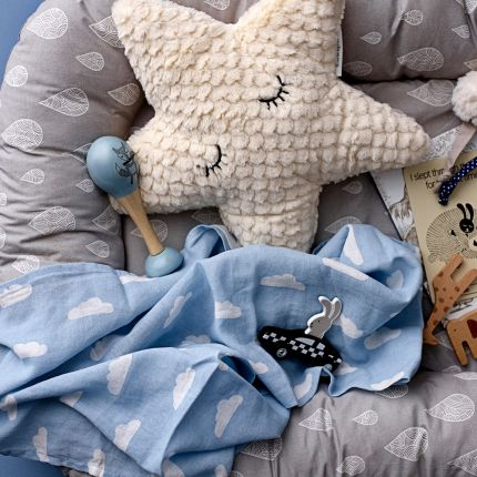 A soft and cosy star-shaped polyester cushion
